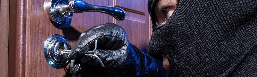 ladron intentando abrir cerradura